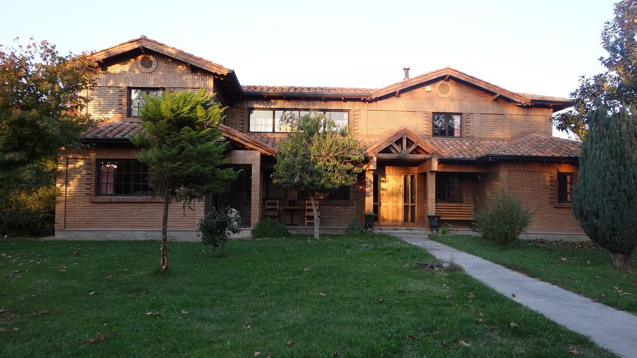 Hermosa casa estilo colonial en parcelación, sector Lonquén Norte